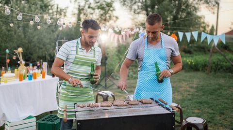 mannen met bier bij de barbecue