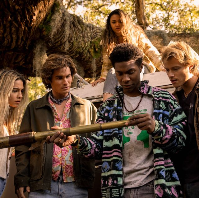 outer banks l to r madelyn cline as sarah cameron, chase stokes as john b, madison bailey as kiara, jonathan daviss as pope and rudy pankow as jj in episode 208 of outer banks cr jackson lee davisnetflix © 2021
