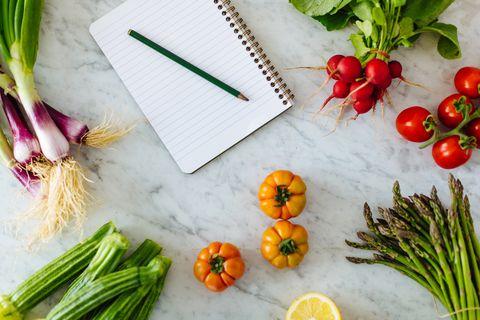 Vue aérienne du bloc-notes et d'un crayon avec des légumes frais
