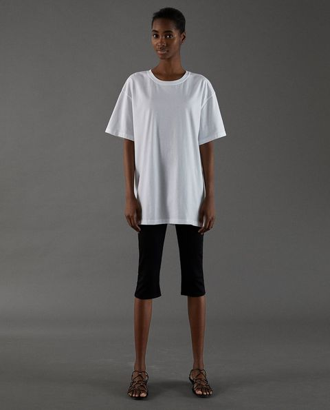 Zara saca una línea de camisetas blancas