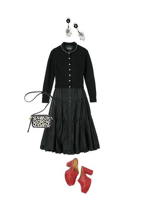 マーク ジェイコブスの黒のカーディガンとフロントボタンのスカートとバッグと赤い靴とアビステのアクセサリー