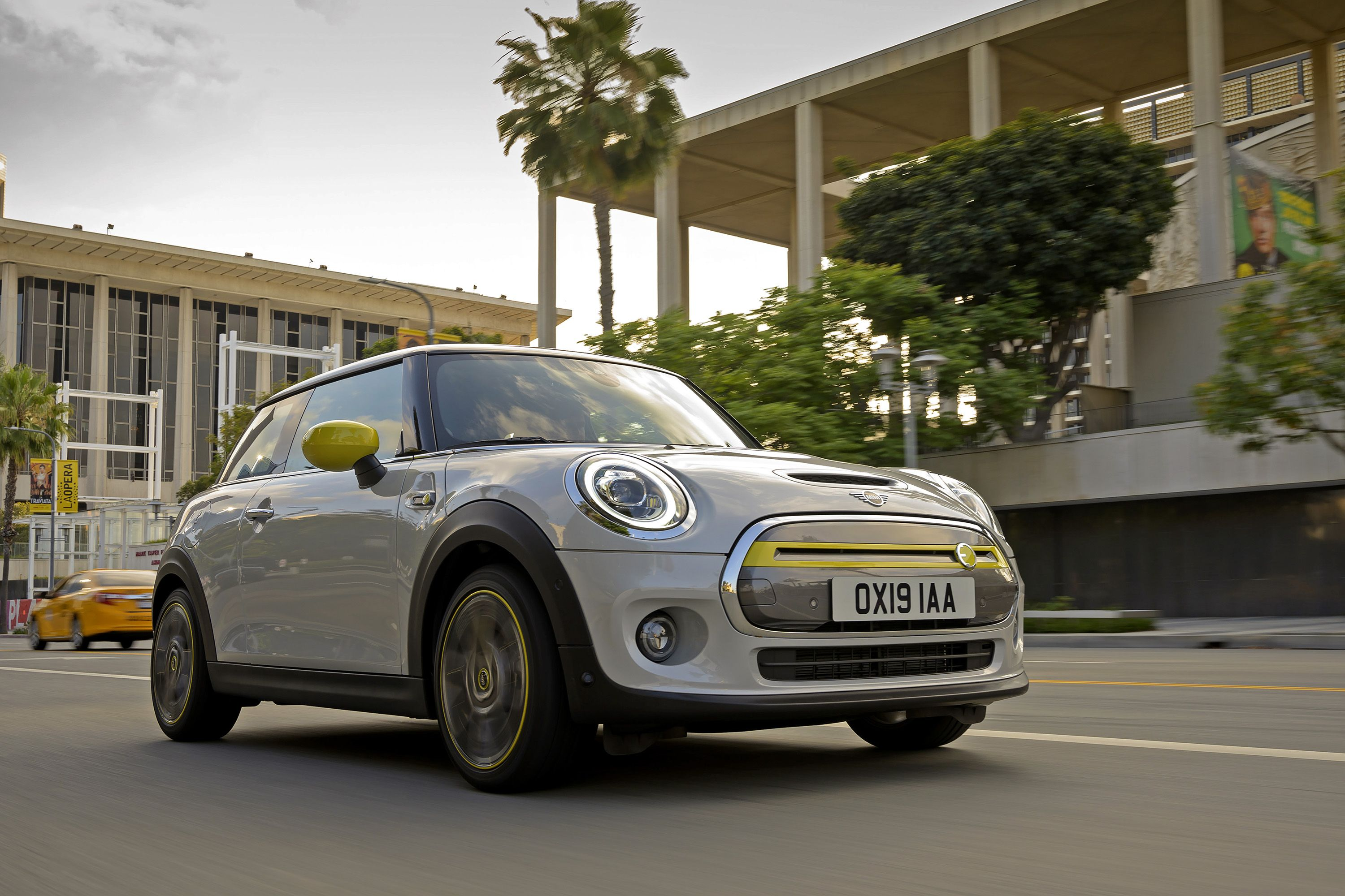 The 2020 Mini Cooper SE Wants to Be Your New City Runabout
