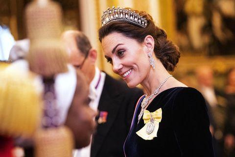 ロンドンで12月11日(現地時間)、イギリスに駐在する各国の大使や外交官らを招いてエリザベス女王が主催する「ディプロマティック・レセプション」が開かれ、美しく輝く「ラバーズ・ノット・ティアラ」をつけたキャサリン妃が登場した。