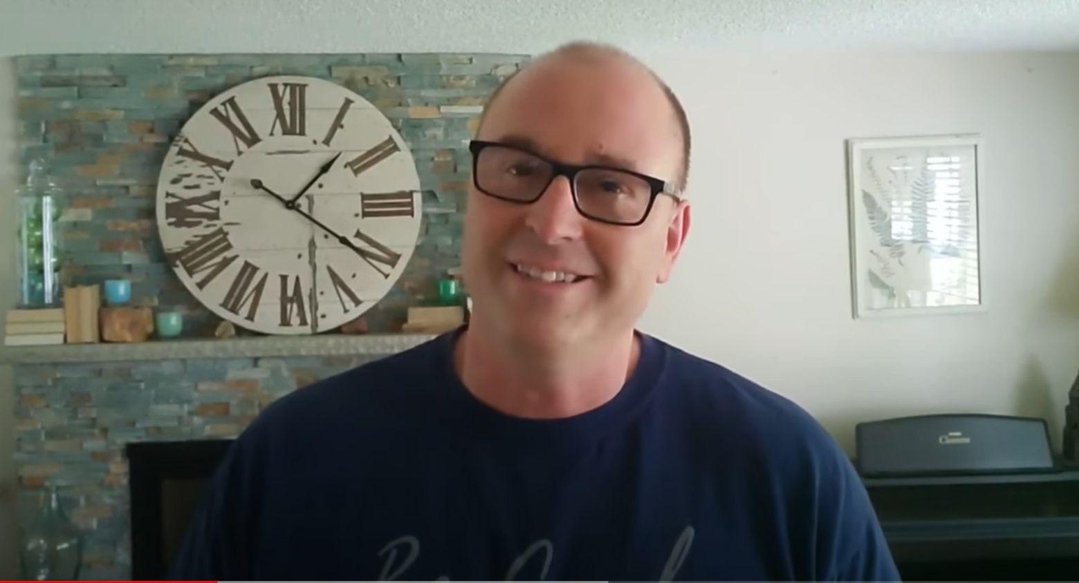 El hombre que creció sin padre y ahora hace vídeos para ayudar a los niños a hacer labores básicas del hogar