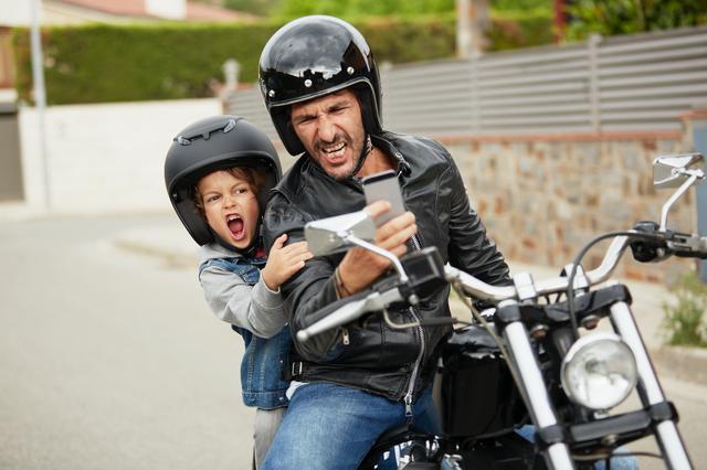 un padre con su hijo en moto