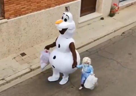 el maravilloso vídeo viral de un padre y su hija que combaten el confinamiento con disfraces