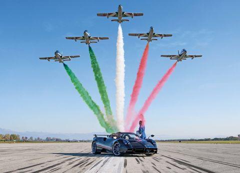 pagani huayra tricolore 2020   posa junto a los aviones de acrobacias
