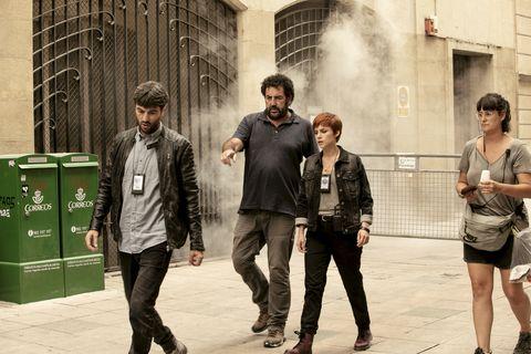 Javier Rey, Daniel Calparsoro y Aura Garrido en el rodaje de 'El silencio de la ciudad blanca'
