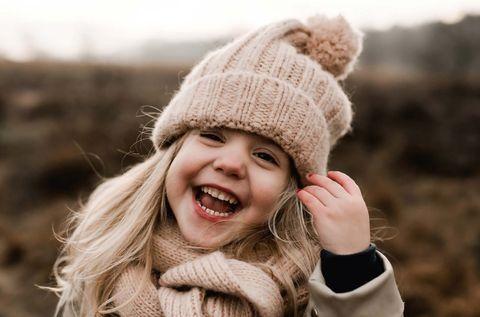 lachend meisje op de heide