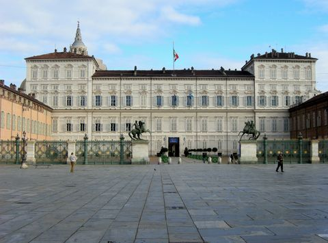 Building, Palace, Plaza, Landmark, City, Town square, Architecture, Human settlement, Public space, Official residence,