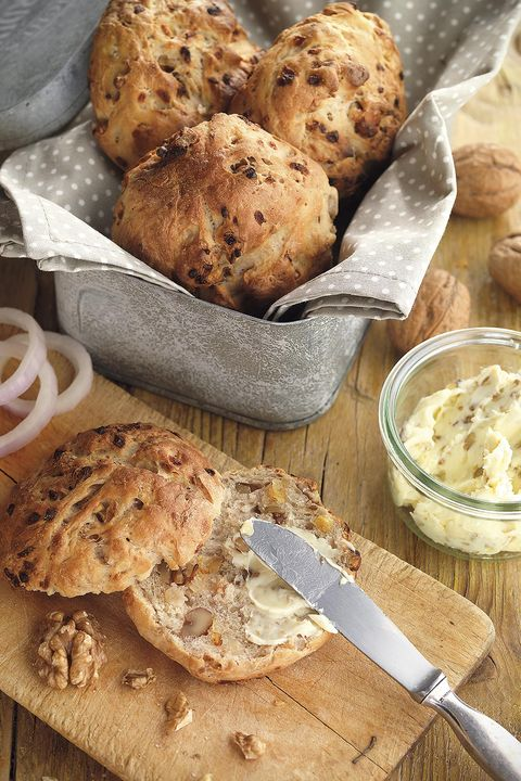 pan de nueces y cebolla con mantequilla de nueces