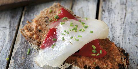 Receta de pan de centeno con pimiento y bacalao, un bocado perfecto para el aperitivo.