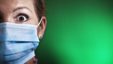 Vrouw met mondkapje heeft paniek