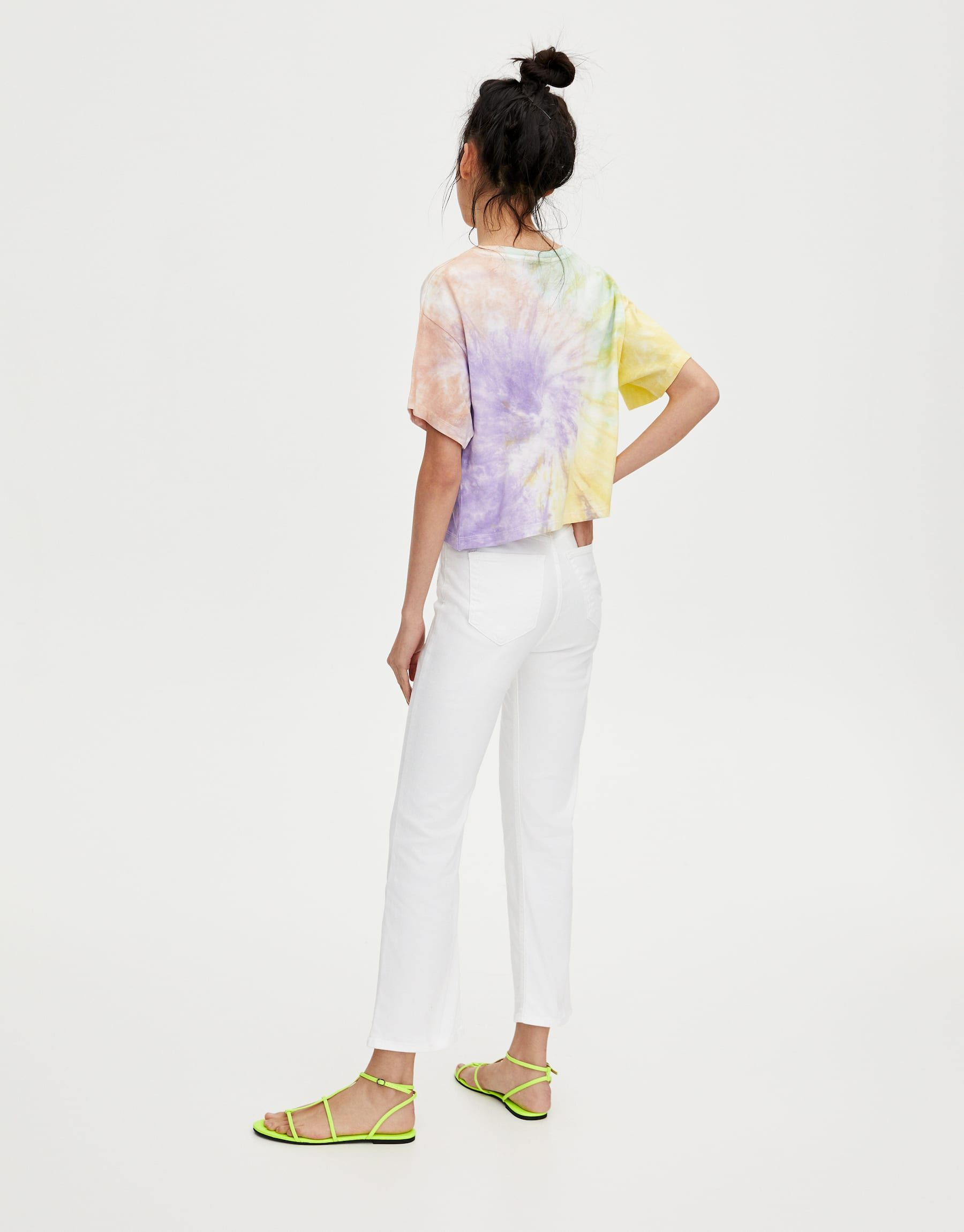7536f587ec Estos pantalones blancos de Pull Bear son los que llevan todas las  estilistas con camisa atada y sandalias planas