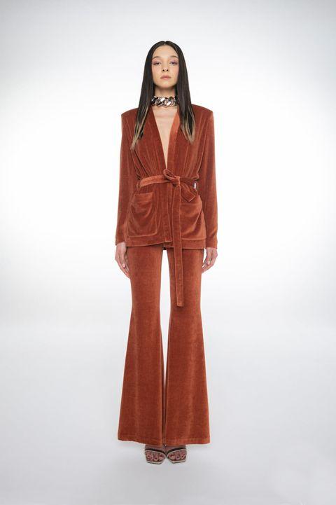 pantaloni donna inverno 2021, scopri i pantaloni a zampa di tendenza, ecco i pantaloni anni 70 su cui puntare questa stagione tra pantalone largo oppure a zampa corto