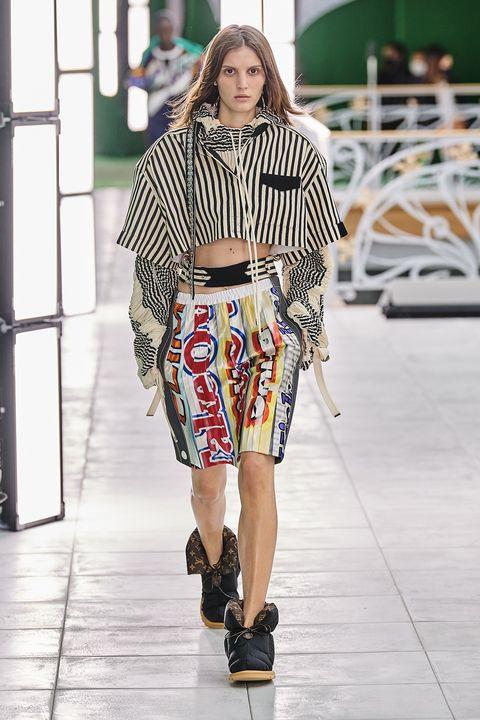 il pantalone donna estivo corto è la versione ridotta dei pantaloni larghi ed eleganti con cui creare outfit fresh tra bermuda jeans e pantaloni corti cargo