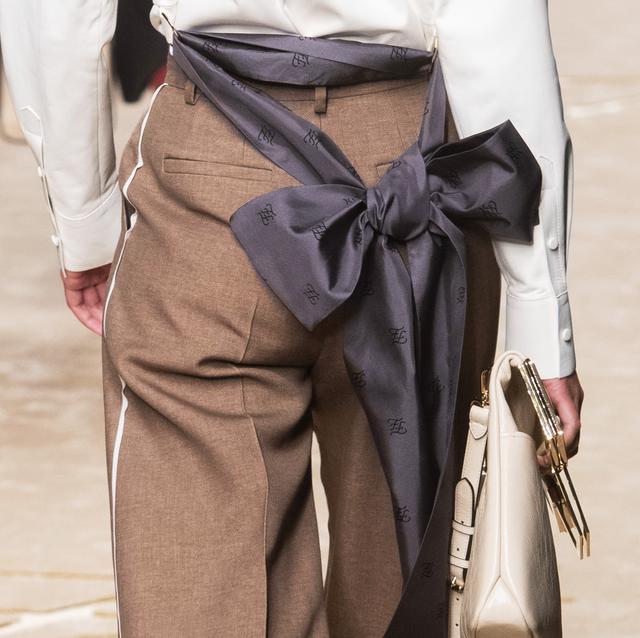 ed082f5c2e36 Matteo VoltaImaxtree. Un esercito di donne in pantaloni sta pacificamente  sfilando sulle passerelle della moda Autunno Inverno 2019 2020 ...
