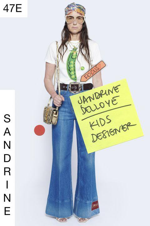 il pantalone che non ti abbandona mai è un paio di jeans da scegliere senza mezzi termini a zampa, largo e gioiello al punto da diventare un pantalone elegante