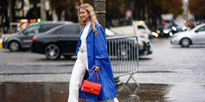 Emili Sindlev in een jas in de Pantone kleur van het jaar 2020 (Classic Blue) op straat in Parijs