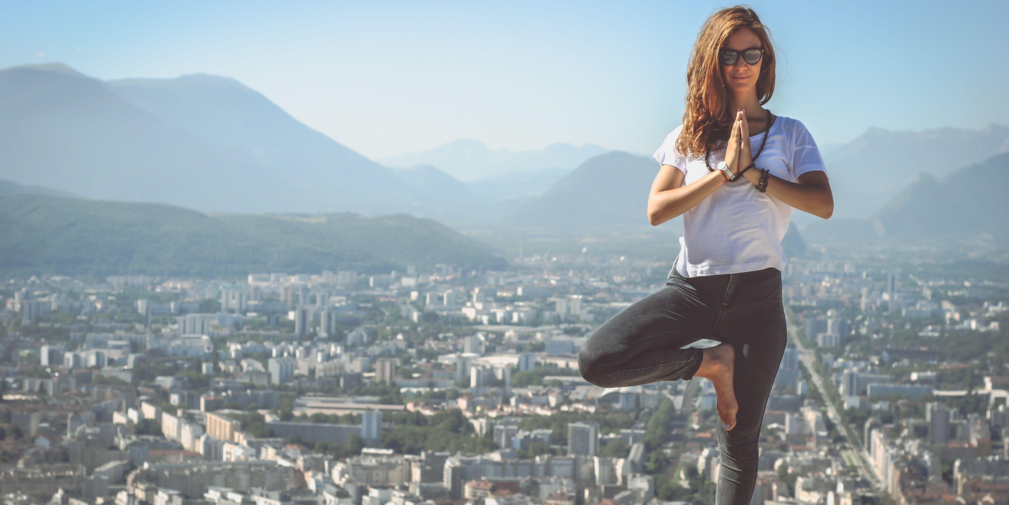 Praticare yoga tutti i giorni e ovunque sei ti conviene per questi 9 benefici