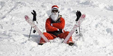 Papá Noel con esquís en la nieve