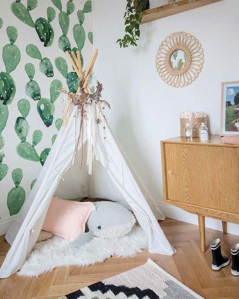 Dormitorio con tipi y papel pintado de cactus