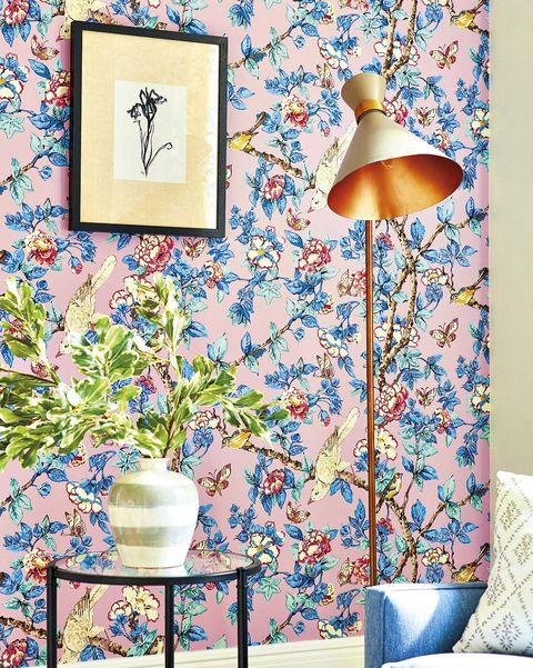 salón con papel pintado de flores