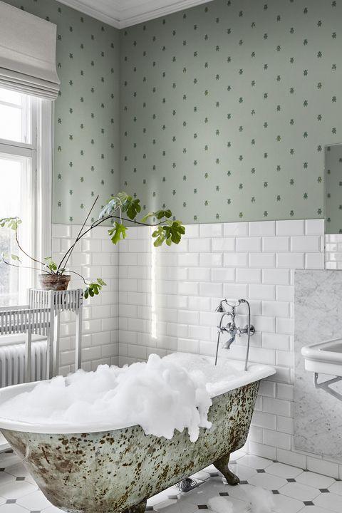 Papel pintado con escarabajos verdes para el baño