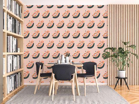 comedor con papel pintado con motivos gráficos en tonos rosas