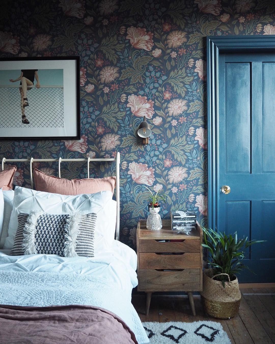 Dormitorio decorado con papel pintado