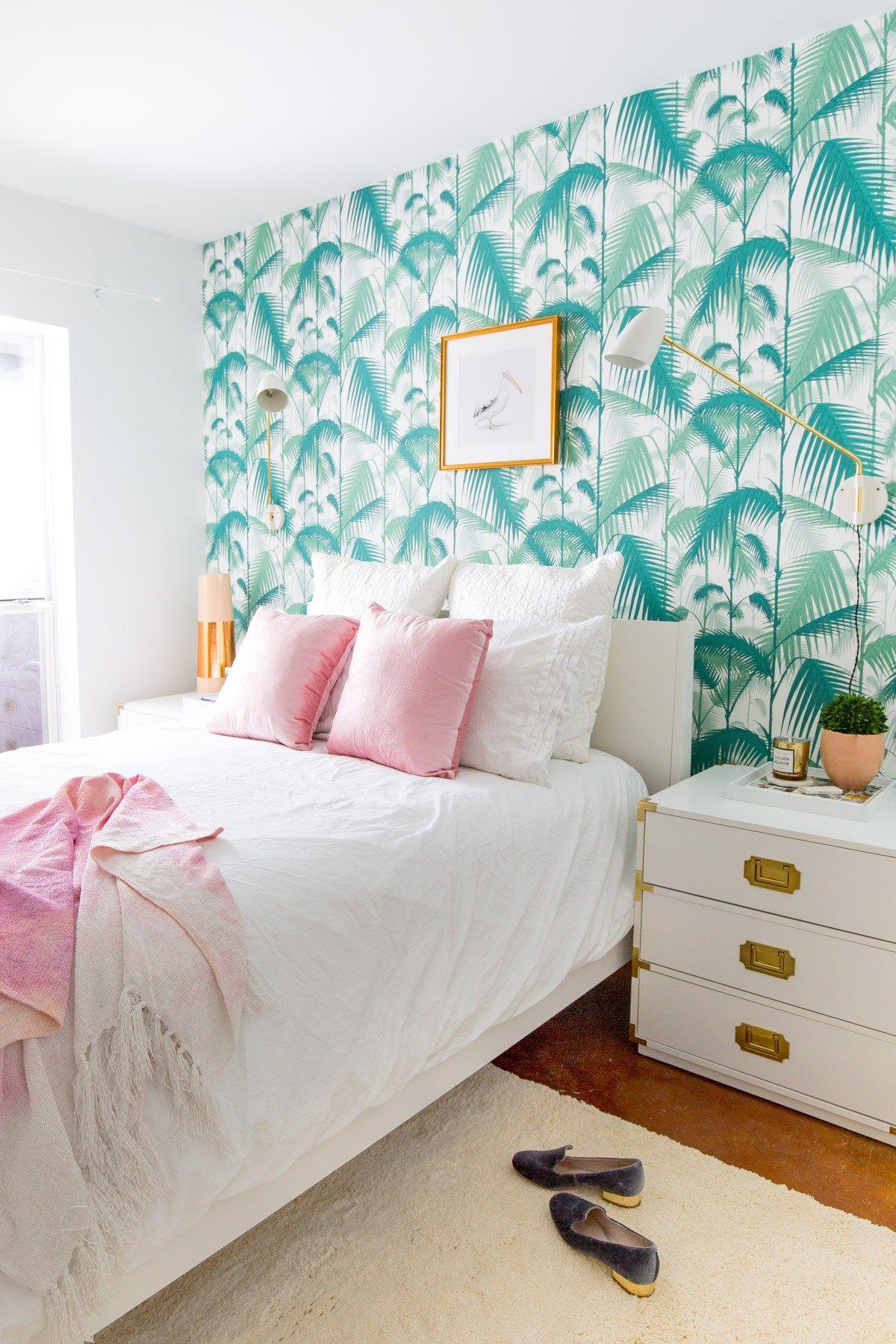 Dormitorio decorado con papel pintado exótico