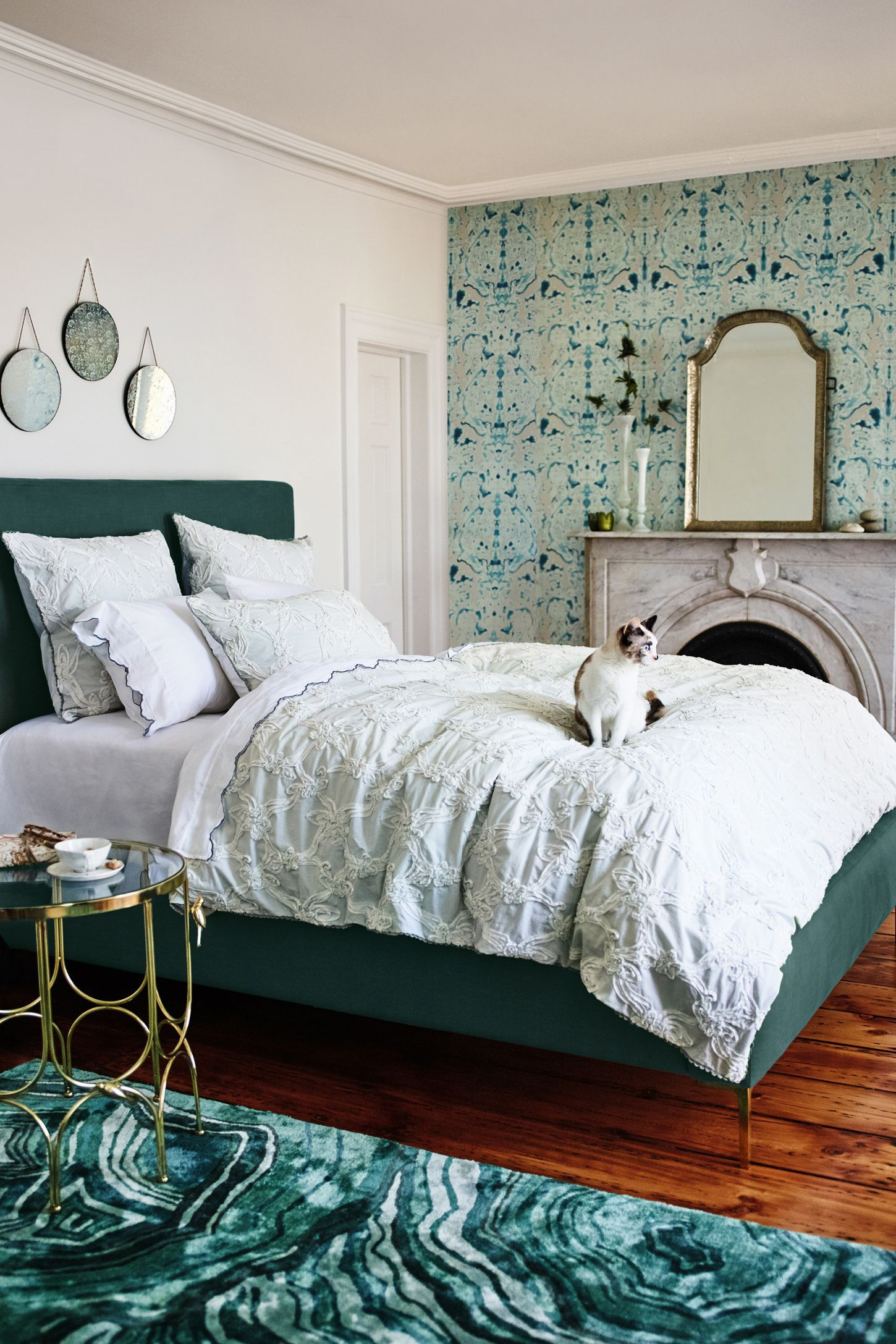 Dormitorio decorado con papel pintado en una pared