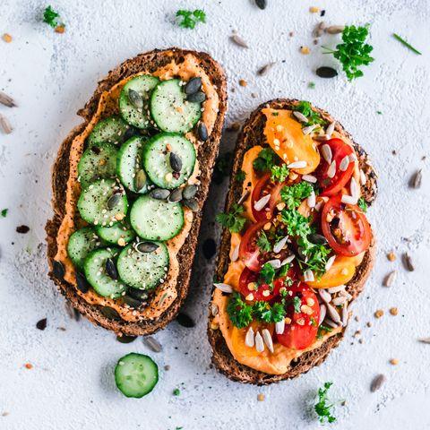 Tostas de hummus, tomate, pepino y frutos secos