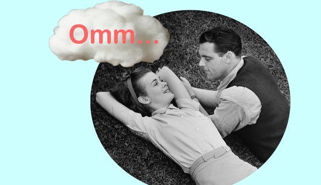 pareja relajada, en blanco y negro con nube de omm