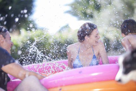 familia jugando en piscina hinchable
