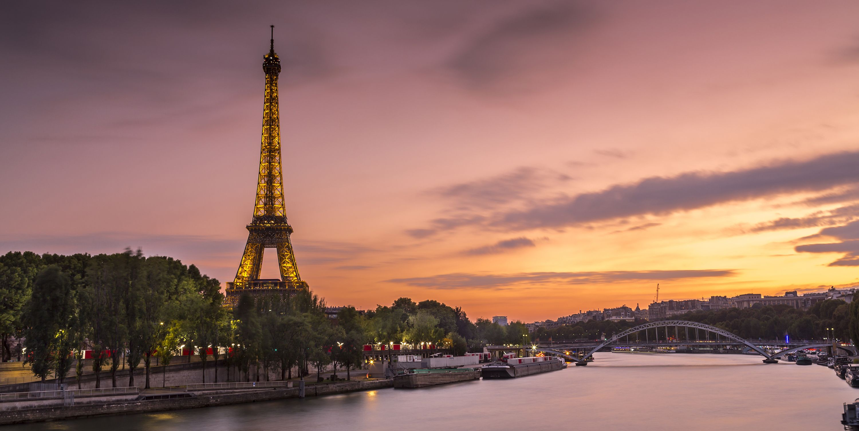 Atardecer en la torre Eiffel junto al río Sena en París