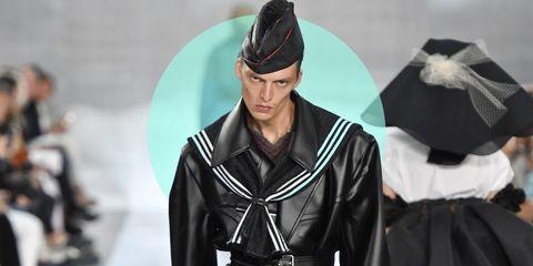Alle sfilate di Parigi per la moda primavera estate 2020  Leon Dame, modello dallo sguardo obliquo, da Margiela ti mostra come un paio di stivali faccia magie.