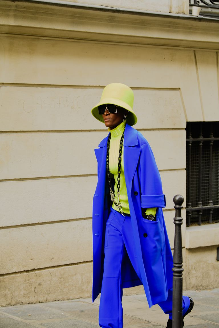 https://hips.hearstapps.com/hmg-prod.s3.amazonaws.com/images/paris-fashion-week-pfw-street-style-ss20-day-5-by-tyler-joe-124-1569849328.jpg?crop=1xw:1xh;center,top&resize=768:*