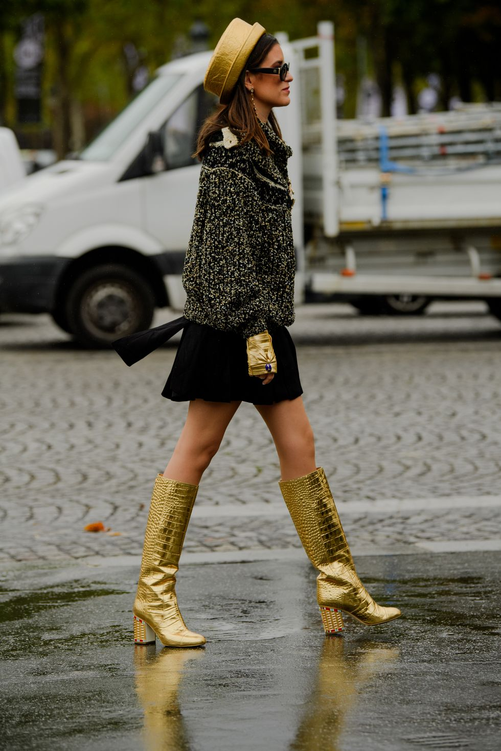 https://hips.hearstapps.com/hmg-prod.s3.amazonaws.com/images/paris-fashion-week-pfw-street-style-ss20-day-7-by-tyler-joe-034-1570111683.jpg?crop=1xw:1xh;center,top&resize=980:*