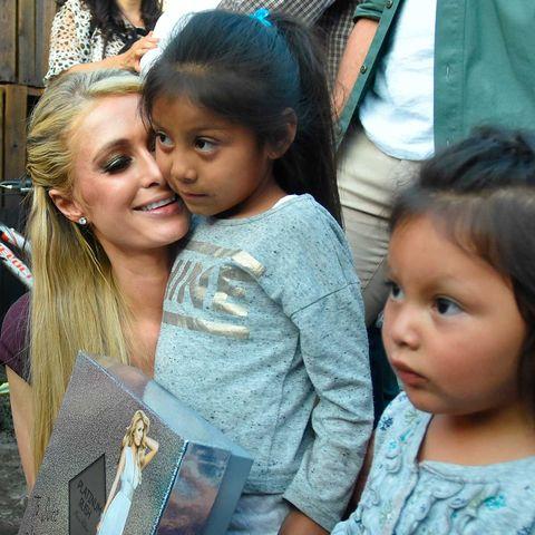 Paris Hilton, con los damnificados por el terremoto de México