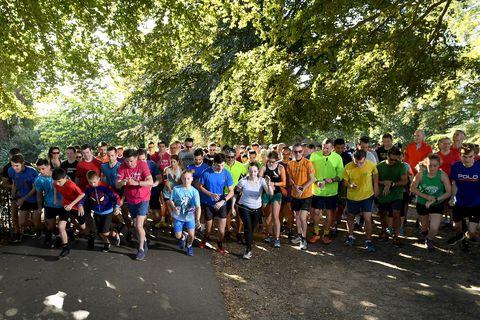 hardloopwedstrijd in park groep mensen starten horloge