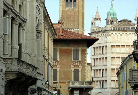 Architecture, Building, Landmark, Medieval architecture, Classical architecture, Town, Facade, Roof, Metropolis, City,