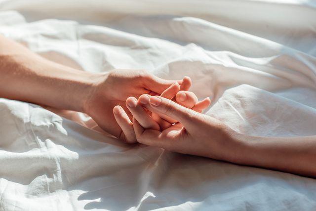 本記事では、「性感帯」について知っておきたいことをご紹介!首にキスされたり耳元でささやかれると、思わず震えてしまうほどの気持ち良さを感じたことはありませんか? 感じやすい場所や刺激方法を理解して、パートナーと互いにコミュニケーションを取りながら、いつもより気持ち良いセックスを楽しんで♡