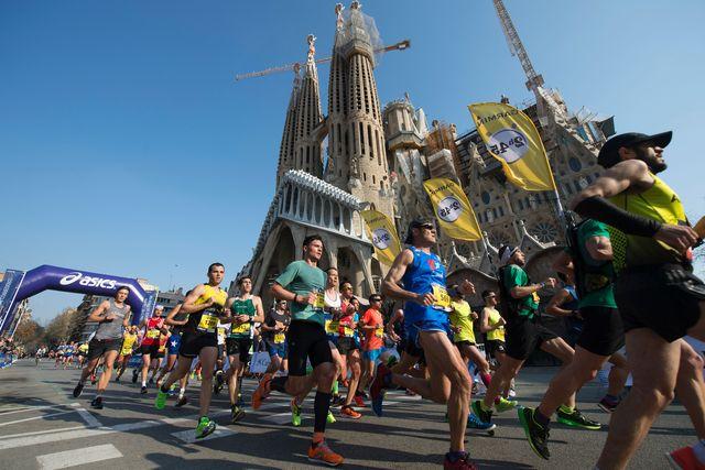 corredores de la zurich marató barcelona pasando por delante de la sagrada familia