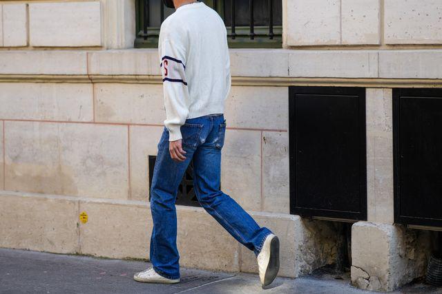 hombre con pantalones vaqueros