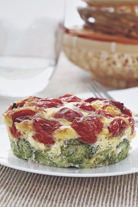 pastel de brócoli y tomates cherry