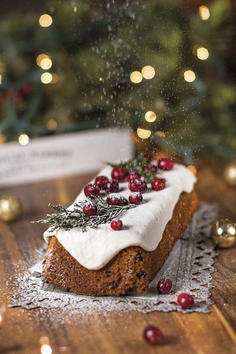 Postres de Navidad: Pastel de frutas navideño con glaseado de azúcar