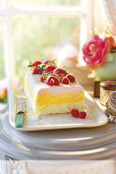 pastel helado de fresa y mango