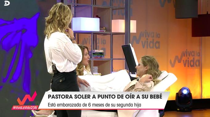 Pastora Soler escucha el latido del corazón de su bebé en directo