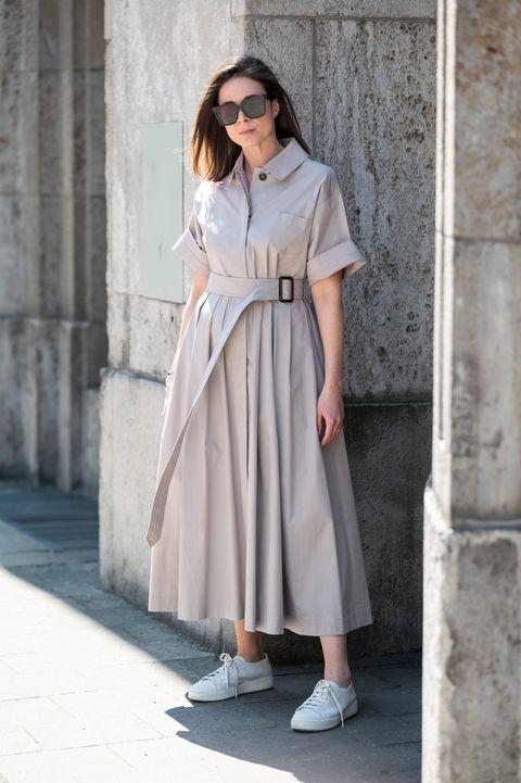 vestidos verano zapatillas blancas